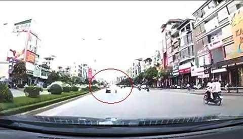 Hình ảnh làn khói trắng mù mịt do chiếc Kia K3 xịt ra (Ảnh cắt từ clip)