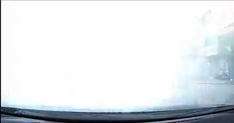 Làn khói trắng mù mịt cản trở toàn bộ tầm nhìn của xe đi phía sau
