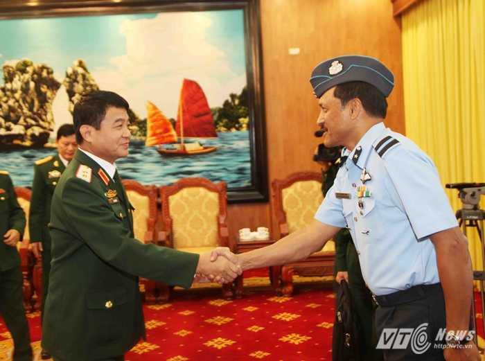 Trung tướng Võ Văn Tuấn và Thiếu tướng Kariat vaduk Koote Surendran - Ảnh: Hồng Pha