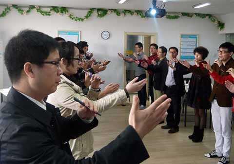 Các học viên trong lớp được dạy về kỹ năng phát biểu ý kiến, thuyết trình theo quy chuẩn.