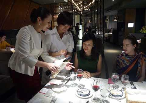 Học cách bày thức ăn trên bàn tiệc