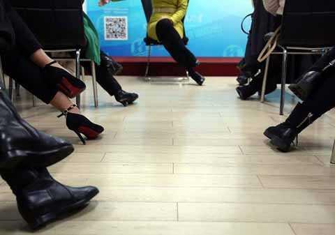 Học viên học cách đặt chân khi ngồi thế nào cho đúng chuẩn