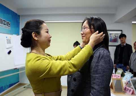 Giáo viên giúp học viên sửa lại cách đứng và biểu cảm khuôn mặt khi giao tiếp