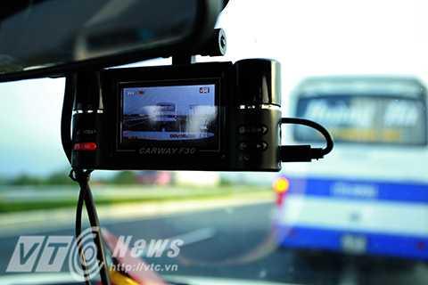 Hình ảnh từ camera là chứng cứ rõ ràng nhất để có thể xử phạt những trường hợp lái xe dừng đỗ sai quy định trên đường cao tốc.