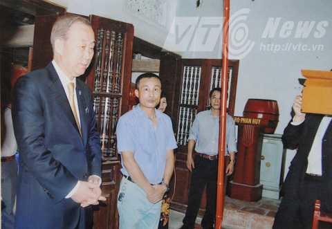 Ông Ban Ki-Moon trong chuyến thăm nhà thờ dòng họ Phan Huy ngày 23/5/2015