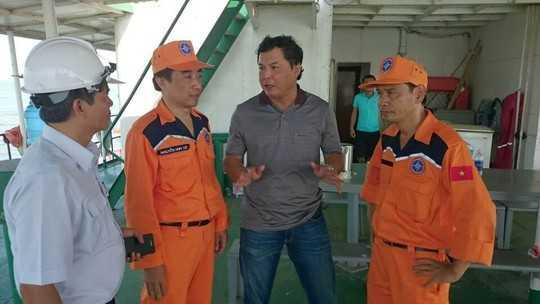Ông Nguyễn Đình Việt, Cục phó Cục Hảng hải Việt Nam cùng lực lượng tìm kiếm cứu nạn bàn phương án trục vớt tàu (Ảnh: NLĐO)