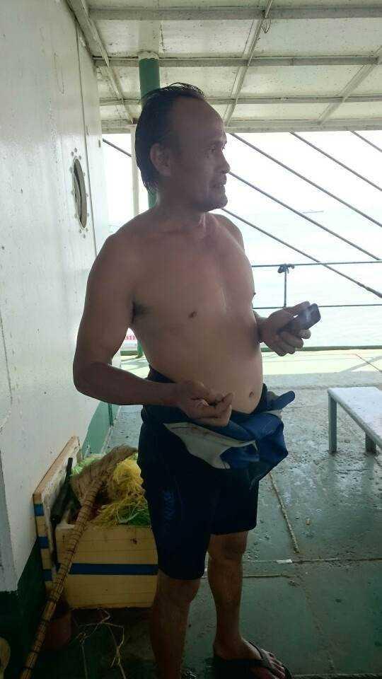Anh Huỳnh Văn Danh, thợ lặn cho biết việc móc cáp vào tàu Hoàng Phúc 18 đã hoàn tất (Ảnh: NLĐO)