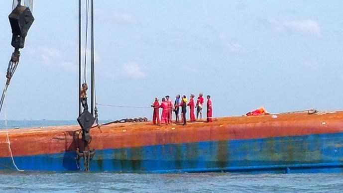 Gắn cáp vào tàu Hoàng Phúc 18 (Ảnh: Nguyễn Long )