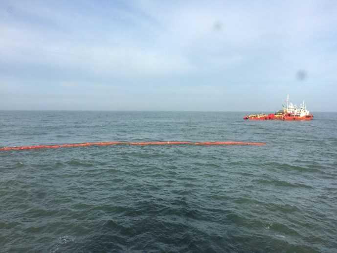 Phao ngăn tràn dầu đã được thả quanh tàu chìm Hoàng Phúc 18  (Ảnh: Nguyễn Long )