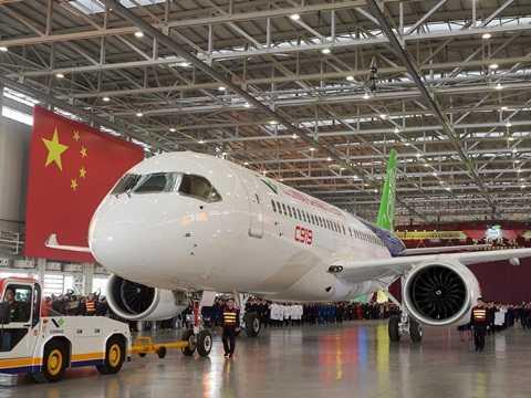 Chiếc C919 của Tập đoàn hàng không Trung Quốc được kéo ra cùng quốc kỳ tại lễ ra mắt ngày 2/11