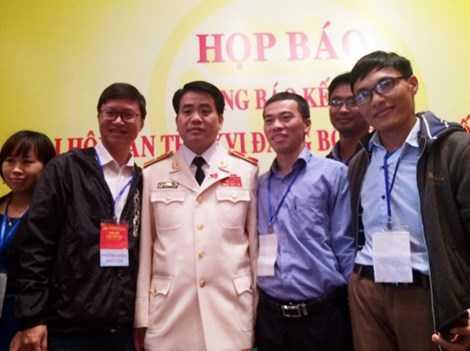 Ông Chung chụp ảnh lưu niệm cùng các phóng viên.