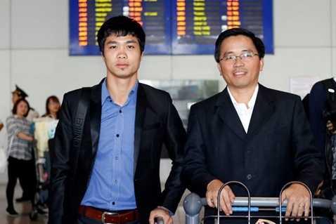 Ông Nguyễn Tấn Anh cùng Công Phượng tại sân bay Tân Sơn Nhất