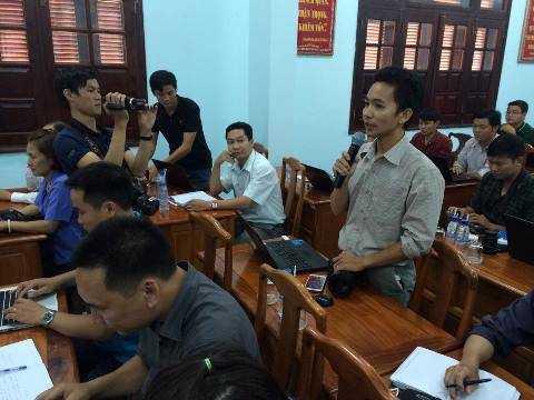 Phóng viên báo chí đặt câu hỏi tại cuộc họp báo. (Ảnh: Phan Cường).
