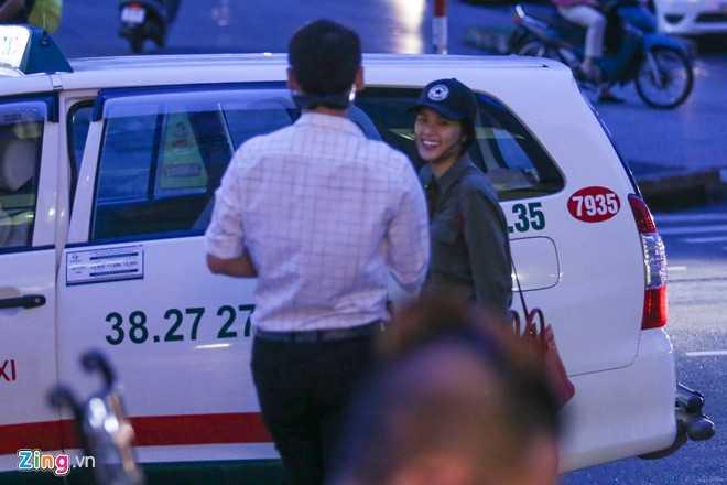 Người đẹp 21 tuổi ăn mặc giản dị với áo sơ mi, quần jean, đội mũ. Nữ diễn viên Tấm Cám vẫn nổi bật giữa đám đông bởi gương mặt xinh đẹp cùng nụ cười tươi tắn. Sau buổi hẹn, cô và người bạn cùng lên taxi để di chuyển đến một trung tâm thương mại gần đó.