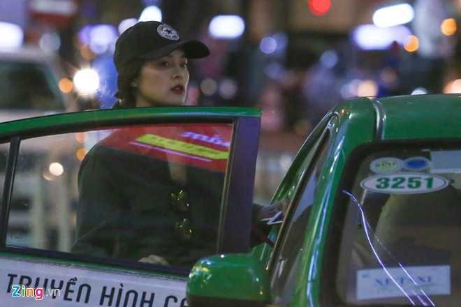 Sau buổi mua sắm, Hạ Vi nhanh chóng lên taxi ra về.Hạ Vi từng du học Singapore. Cô khởi nghiệp trong vai trò người mẫu ảnh và được ví như