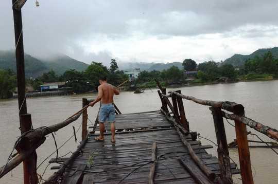 Cầu Phú Kiểng bắc qua sông Cái bị nước cuốn