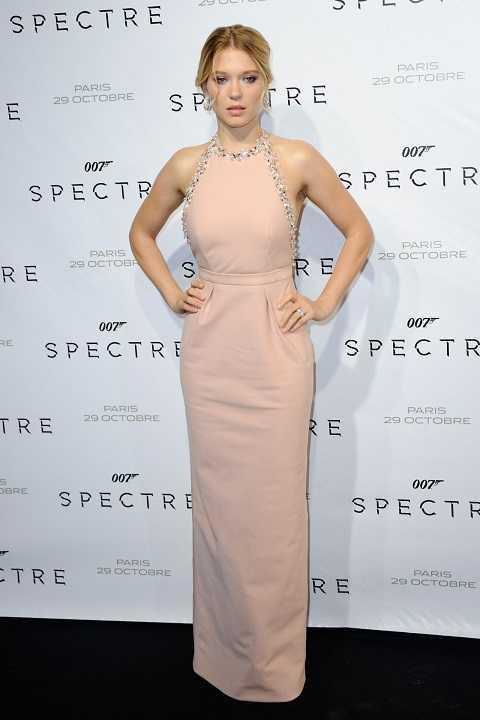 Lea Seydoux đẹp dịu dàng như thiên thần với đầm hồng nhạt cổ yếm đính pha lê Swarovski tinh tế của Miu Miu tại buổi ra mắt phim Spectre.