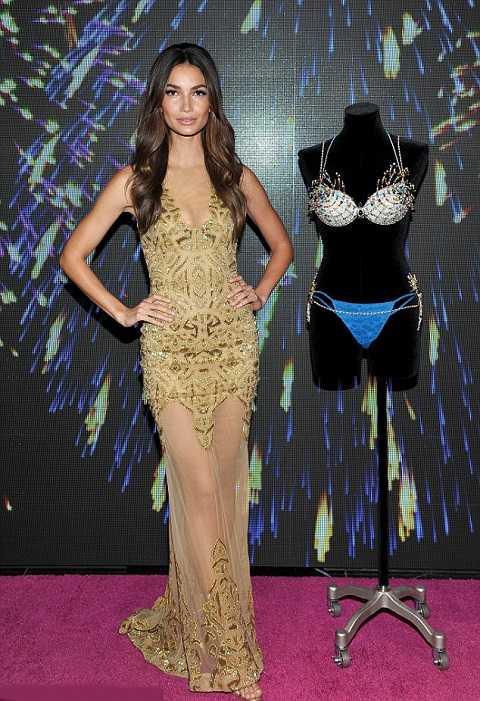 Người mẫu Lily Aldridge sẽ vinh dự mặc chiếc áo ngực trị giá 2 triệu đô trong show diễn tháng tới của Victorias's Secret. Tại buổi giới thiệu sự kiện ở cửa hàng Santa Monica, Lily đã rất gợi cảm với đầm xuyên thấu óng ánh sắc vàng của Zuhair Murad.