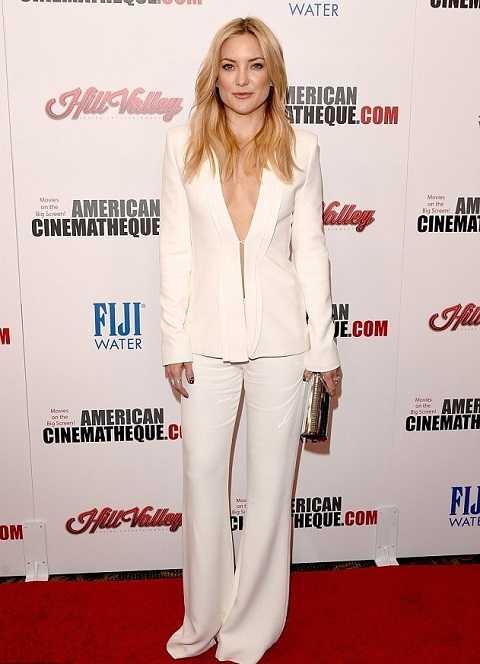 Kate Hudsondù chọn phong cách menswear với bộ suit trắng của Brandon Maxwell nhưng vẫn rất duyên dáng và nữ tính nhờ chất liệu vải cát mềm mại cùng thiết kế biến tấu đầy quyến rũ.