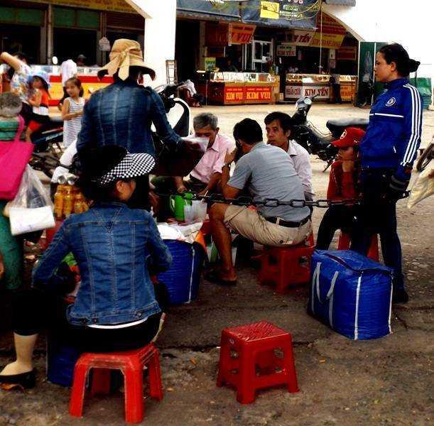 Các đối tượng buôn bán thuốc kích dục tại chợ Đông Hà đều là phụ nữ trung niên núp bóng đi bán quần áo dạo và hay tụ tập tại các góc chợ, quán nước hễ có khách lạ là họ liền đến gạ gẫm bán thuốc.