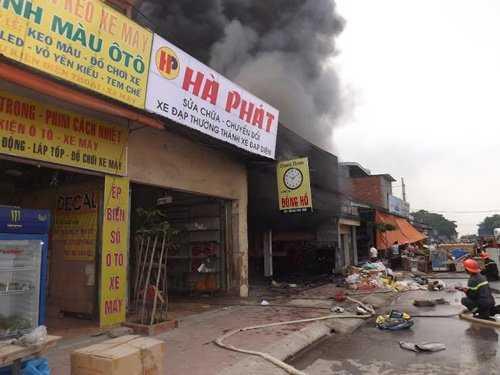 Lửa cháy lan sang các quầy hàng bên cạnh (Ảnh: Dân Việt)