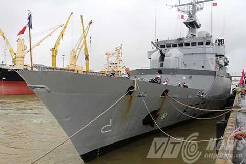 Sáng 4/11, tàu tuần dương hạm Hải quân Pháp mang tên Vendemiaire đã cập cảng Tiên Sa