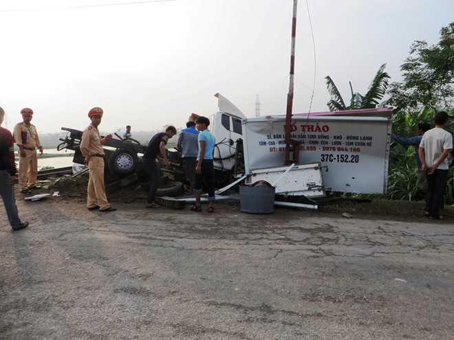Thùng xe tải chở hải sản văng ra ngoài sau tai nạn. Ảnh: Phạm Hòa.