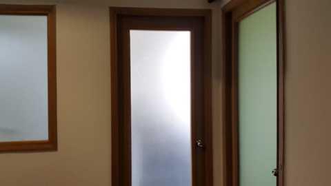 Căn phòng khóa cửa nơi Công ty TNHH Apple Việt Nam đăng ký trụ sở kinh doanh - Ảnh: H.Đ