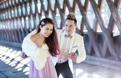 """Với ý tưởng này, bộ ảnh lột tả niềm vui rạng ngời của cặp đôi đang """"yêu"""" với những nụ cười và sự hạnh phúc trên gương mặt."""