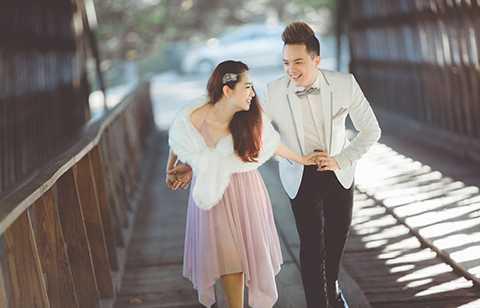 Lương Bích Hữu cho biết, mặc dù là bạn bè thân nhưng khi hóa thân thành người tình của ca sĩ điển trai, chị vẫn có cảm giác hơi bối rối nhưng cực kì vui và nhiều kỉ niệm khi thực hiện bộ ảnh này.