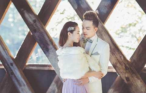 Cao Thái Sơn diện bộ vest đơn giản, tinh tế với hai màu trắng đen; trong khi đó, Lương Bích Hữu yêu kiều, ngọt ngào với chiếc váy hở phần lưng và cổ màu tím nhạt.