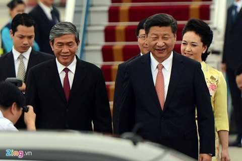 Ông Đinh Thế Huynh, Ủy viên Bộ Chính trị, Trưởng Ban Tuyên giáo Trung ương (trái) đón chủ tịch Trung Quốc cùng phu nhân tại sân bay. Ảnh: Anh Tuấn/ Zing News