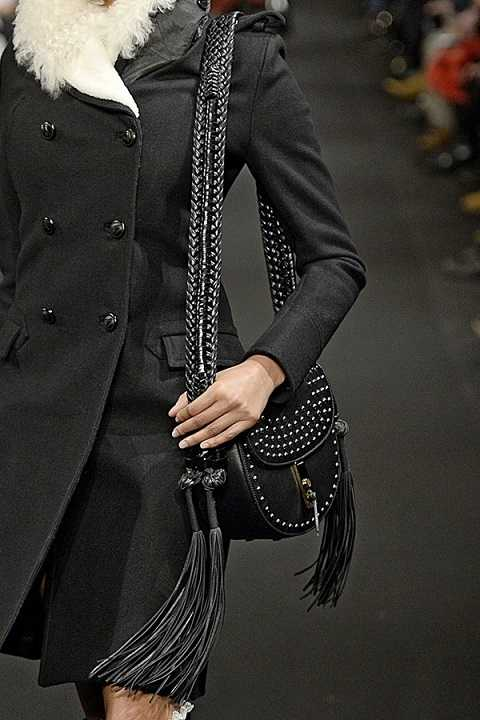 Với cảm hứng rock 'n' roll, những chiếc túi xách da màu đen tán đinh nhọn lại tiếp tục chiếm được một vị trí riêng khó lung lay trong thị trường.