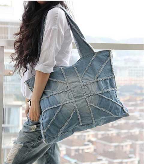 Những chiếc túi xách tote denim lại trở thành tâm điểm của sự chú ý trong mùa hè bởi sự hữu dụng có thể giúp bạn chứa được rất nhiều đồ cho các chuyến du lịch, dã ngoại.