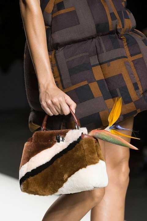 Màu sắc của xu hướng túi lông thú thường là nâu tự nhiên, đen, trắng, xám hoặc sẽ được nhuộm theo phong cách color-block hoặc sọc vằn có họa tiết như ý định thiết kế của nhà mốt.