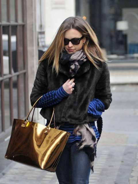 Những chiếc túi to bản ánh kim nổi bật cũng là một gợi ý ấn tượng cho những cô nàng thời thượng, mạnh mẽ và cá tính.