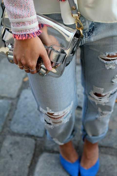 Những chiếc túi ánh kim trở thành một điểm nhấn nổi bật giúp bộ trang phục của phái đẹp thêm hấp dẫn hơn.