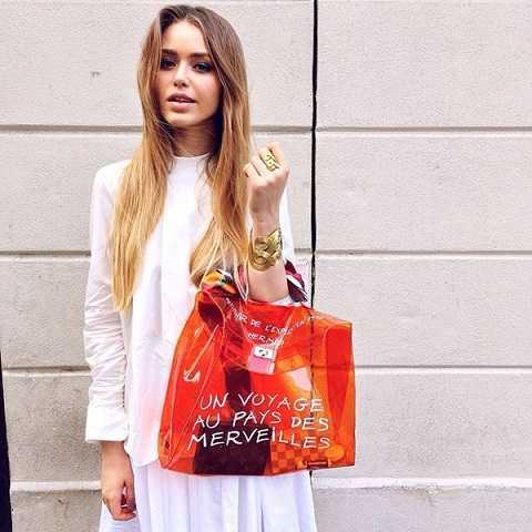 Ngay từ khi xuất hiện trên thị trường, những mẫu túi làm bằng chất liệu plastic của thương hiệu nổi tiếng đã được nhiều tín đồ thời trang thế giới yêu thích.
