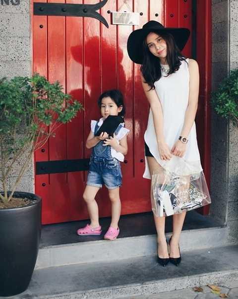 Những chiếc túi nhựa trong cũng được rất nhiều ngôi sao Việt yêu thích. Như với chiếc túi không màu của Lưu Hương Giang thì bạn có thể phối với nhiều kiểu trang phục khác nhau.