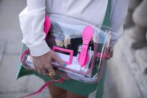 Chiếc túi có mặt tốt là giúp các nàng khoe được những món hàng xinh xắn bên trong nhưng cũng là mặt hạn chế sẽ tố cáo những vật phẩm không đẹp mắt. Do đó, hãy thận trọng khi dùng những mẫu túi thế này nhé!