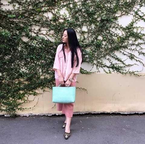 Xu hướng túi cói đang thịnh hành trở lại trong mùa thu năm nay với các gam màu sáng, nhẹ, kiểu dáng đơn giản mà nữ tính.