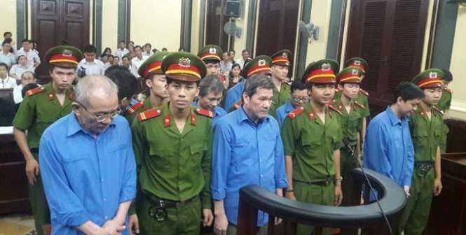 Các bị cáo đang nghe tuyên án - Ảnh: Hoàng Điệp