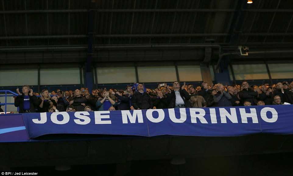 CĐV Chelsea đứng dậy cổ vũ Mourinho