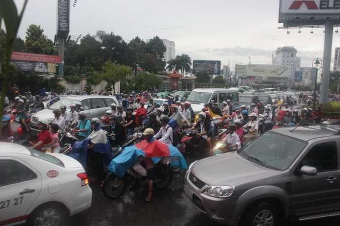 Dòng xe xếp hàng trên tại giao lộ Nguyễn Văn Trỗi và Hoàng Văn Thụ, Q.Phú Nhuận (Ảnh: Đức Phú)
