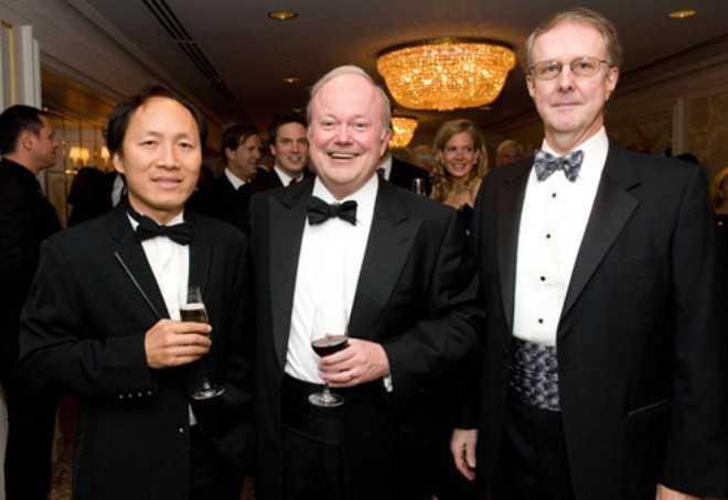 Tỷ phú Chính Chu (ngoài cùng bên trái) hiện giữ chức Giám đốc điều hành cao cấp và là đồng Chủ tịch Ủy ban đầu tư vốn cổ phần của Blackstone
