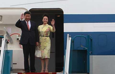 Chủ tịch Trung Quốc Tập Cận Bình và phu nhân đến Hà Nội. Ảnh: Giang Huy/Vnexpress