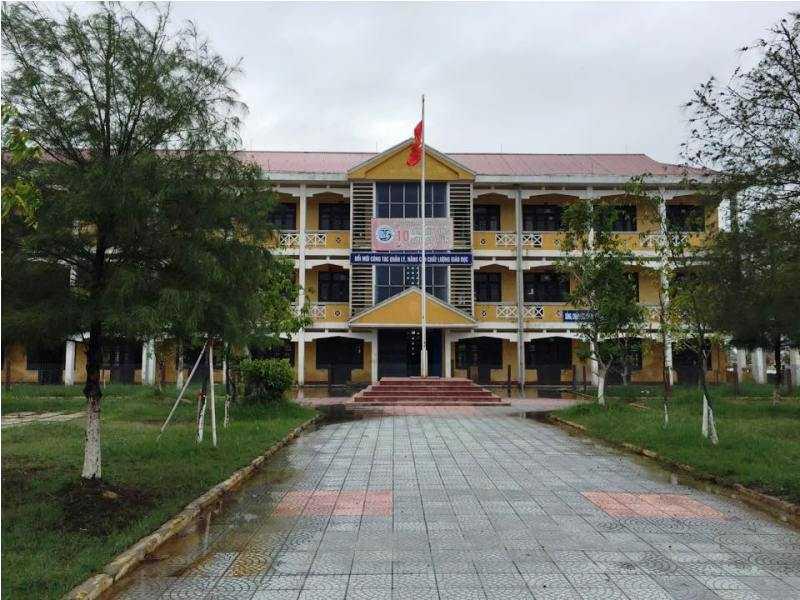 Dãy nhà 3 tầng của trường THPT Thuận An xuống cấp, sụt lún hàng mét.
