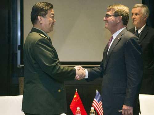 Bộ trưởng Quốc phòng Mỹ Ashton Carter (phải) bắt tay tướng Thường Vạn Toàn
