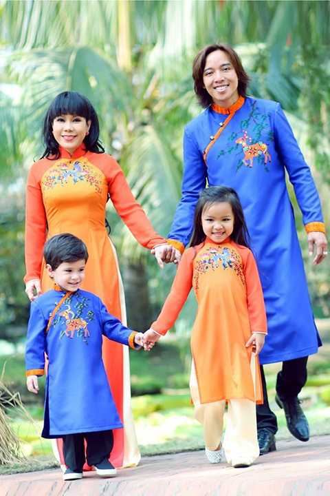 Gia đình hạnh phúc của Việt Hương - Hoài Phương cùng cô con gái ruột và con trai nuôi.