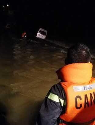 Công an huyện Khánh Vĩnh, Khánh Hòa tiếp cận xe bị nước cuốn trôi. Ảnh: Đ.N